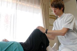 せやま治療院 治療シーン 膝痛